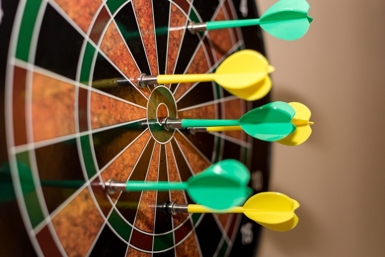 Geschenkmanden voor dartborden en dartshooting